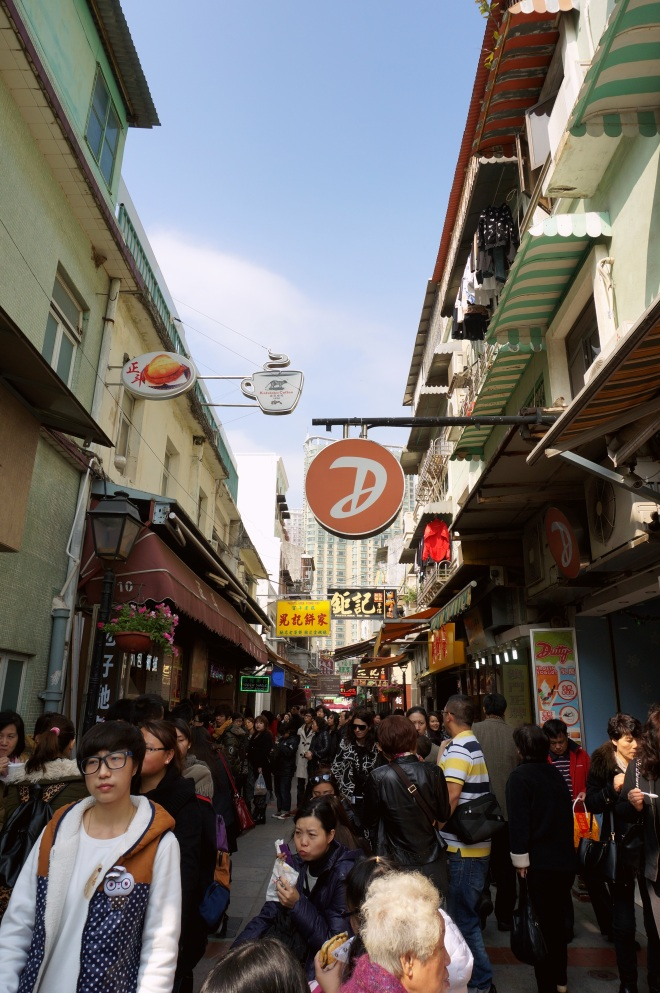The famous food street, Rua do Cunha, is a narrow (5 metres wide only!) pedestrian street in Taipa Village lined with numerous snack shops, bakeries and confectioneries.